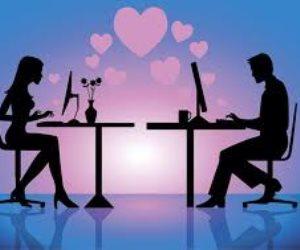 تقابله بالصراخ وتتهمه بالخيانة.. كيف يؤثر «فيس بوك» على العلاقات الزوجية؟