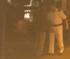 على طريقة بن الخطاب.. ضابط يتحسس «الغلابة» فجرا بساحة مسجد الحسين (صور)