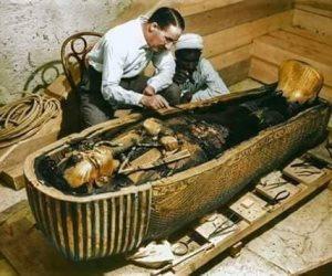 قصة حب «هوارد كارتر» والصحراء تنتهي باكتشاف أهم مقبرة في التاريخ الفرعوني
