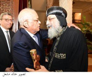 رئيس البرلمان يزور البابا تواضروس الثاني لتقديم العزاء في ضحايا حادث المنيا (صور)
