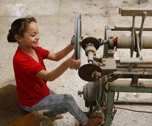 يصدرون منتجاتهم إلى أوروبا.. حكاية تحويل منزل بسيط إلى مصنع للسجاد يعمل فيه أطفال بالفيوم