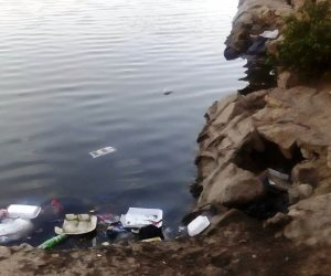 """الإهمال يحول """"عين الصيرة"""" إلى مصرف صحي.. هكذا تسبح القمامة في البحيرة الشهيرة (صور)"""