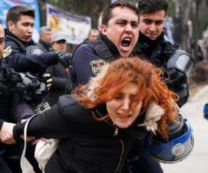 زنازين أردوغان تحاصر الأبرياء.. ديكتاتور تركيا يعتقل جنوده بتهمتي «جولن وبايلوك»