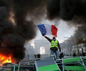 تجدد الاشتباكات العنيفة بين الشرطة الفرنسية و «السترات الصفراء» بباريس (بث مباشر)