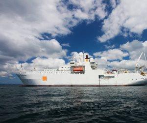 لإنزال كابل بحري بطول 3000 كيلو متر..سفينة «رينيه ديكارت» التابعة لـ «Orange Marine» تعبر قناة السويس