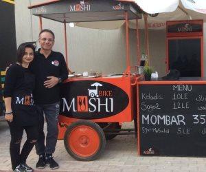 «شيرين» تجمع أسرتها بـ«Mushi Bike» في شارع 306 لبيع الكبدة والسجق والممبار (صور)