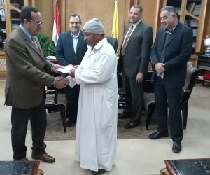ماذا فعل محافظ شمال سيناء مع بائع خضار مات حصانه بصعقه كهربائية؟ (صور وفيديو )
