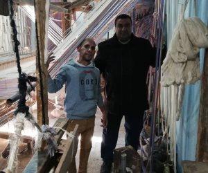 قصة نجاح شقيقين بتمويل من جهاز تنمية المشروعات... عملا بتصنيع المفروشات والملابس والسجاد على الأنوال الخشبية