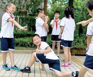 الصين تتغلب على ظاهرة «النط من فوق السور».. زي ذكي لمراقبة التلاميذ أثناء تواجدهم بالمدرسة