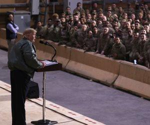 """هوية جنود """"سيلز"""" أبرزها.. 3 أزمات أثارها ترامب بزيارته للقوات الأمريكية في العراق"""
