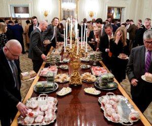 «نسي الدايت»... «ترامب» يتحدى الإغلاق الحكومي بالوجبات السريعة (فيديو)