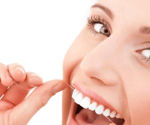 «علم له أصول».. تعرف على الطريقة المثالية لتنظيف الأسنان بـ«الخيط»
