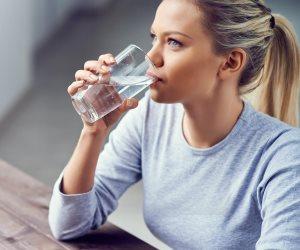 تعرف على الفوائد الصحية للغرغرة بالماء المالح (فيديوجراف)