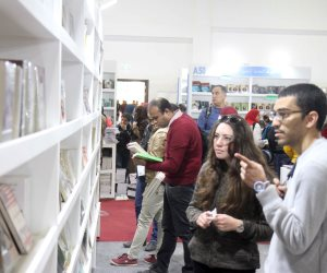 أصحاب البشرة السمراء يداعبون ويمرحون.. ماذا قال الأفارقة الشباب داخل معرض الكتاب؟
