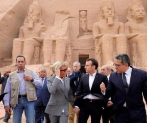 الفرنسيون هاموا عشقا.. رئيس فرنسا الأسبق وقرينته بين أحضان معابد الفراعنة