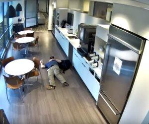 الخدعة الغبية.. نفذ لعبته للحصول على المال لكن كاميرا المراقبة فضحته (فيديو)