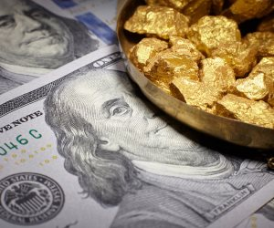 الذهب VS الدولار.. أيهما أفضل للاستثمار؟