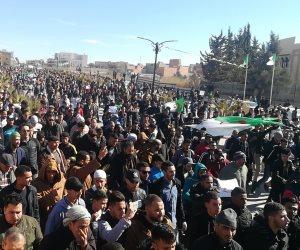 الجزائر.. مظاهرات مشتعلة ورئيس لم يعد من جنيف (صور)