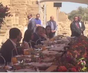 الرئيس السيسي يتناول الإفطار مع شباب عرب وأفارقة في معبد فيلة (فيديو)