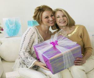 اعرف حقك بالقانون.. «التجربة» شرط شراء هدية عيد الأم