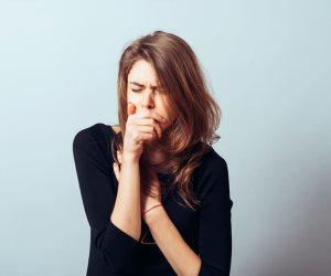 المشروبات الدافئة والعسل الأبيض أسهل العلاجات للسعال