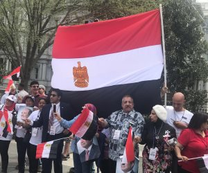الجالية المصرية تحتشد امام مقر إقامة الرئيس فى واشنطن