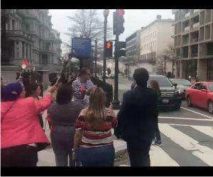 """طرد مراسلة """"الجزيرة القطرية"""" من مظاهرة الترحيب بالسيسى فى أمريكا (فيديو)"""