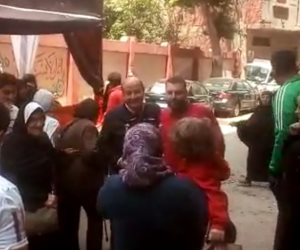 عمرو أديب يدلي بصوته في الاستفتاء وسط حفاوة من المواطنين
