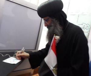 رئيس الدير المحرق بأسيوط يدلي بصوته.. ويدعو للمشاركة في الاستفتاء (صور)