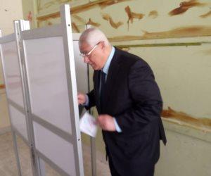 عدلى منصور يُدلي بصوته في الاستفتاء على التعديلات الدستورية (فيديو وصور)