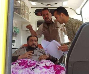 مواطن يصر على الإدلاء بصوته من داخل سيارة إسعاف في القليوبية (صور)