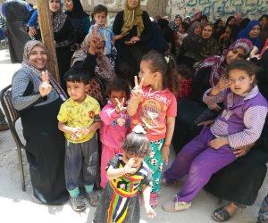أطفال الصف يرفعون شعار النصر أمام لجان الاستفتاء (صور)