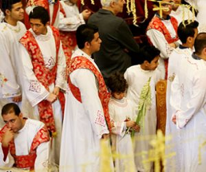 الكنائس تبدأ إحياء البصخة المقدسة..  الاكتساء باللون الأسود طوال أسبوع الآلام