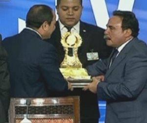 """السيسي يتسلم درع """"حماية وطن"""" من رئيس اتحاد عمال مصر باحتفالية عيد العمال"""