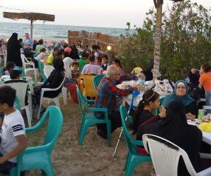 طراوة.. شاطئ العريش قبلة الأسر السيناوية لتناول الإفطار في رمضان (صور)