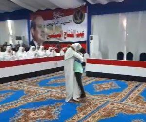 عيدية الرئيس.. لحظة احتضان أم لطفلها بعد الإفراج عنها ضمن مبادرة «سجون بلا غارمين» (فيديو)
