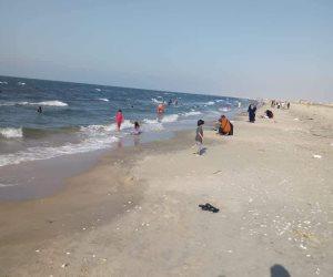 وسط أجواء آمنة.. شواطئ رمانة وبالوظة ملاذ أهالي غرب سيناء من حرارة الصيف (صور)