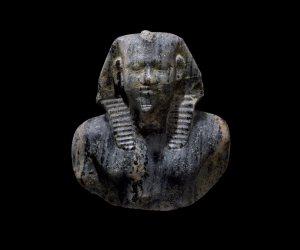 أبرزها تمثال من الصخر الصواني.. صالة سوثبي للمزادات تنافس «كريستيز» في بيع القطع الأثرية