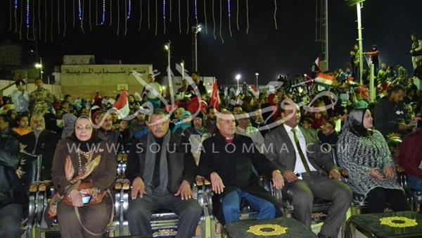 محافظ السويس يتابع مباراة مصر والكاميرون (صور)