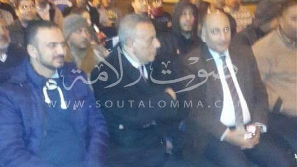 محافظ الجيزة على مقهى شعبي في إمبابة لمؤازرة المنتخب (صور)