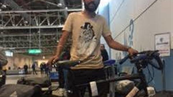 شاب مصري وصل الجابون بعجلة يعود في طائرة المنتخب