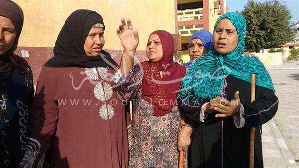 كلاكيت ثاني مرة.. عمال يلاحقون وزير التعليم لطلب تثبيتهم (صورة)