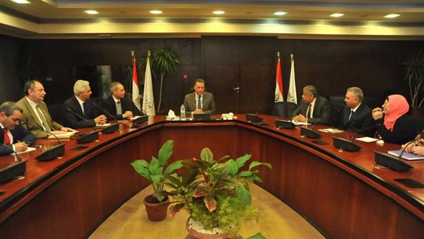 وزير النقل يطالب بنقل البضائع عبر النيل والقطارات