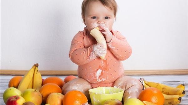 دراسة: السماح للأطفال باللعب بطعامهم يشجعهم على أكل صحي