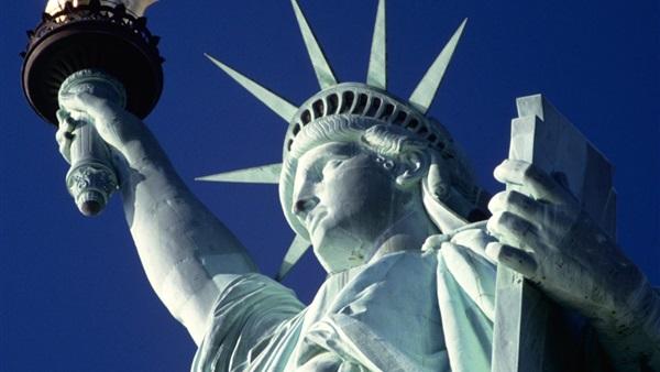 تمثال الحرية.. «مهاجر» يتحدى ترامب