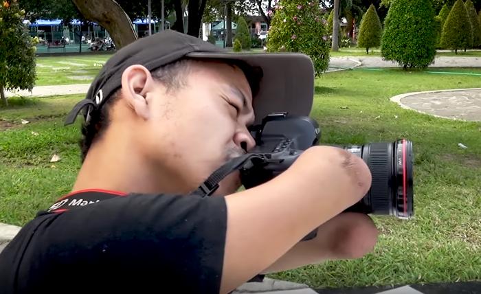 """الإبداع ملوش وصفة"""".. """"أحمد زولكارنين"""" مصور أندونيسي يعيش دون أطراف ..."""