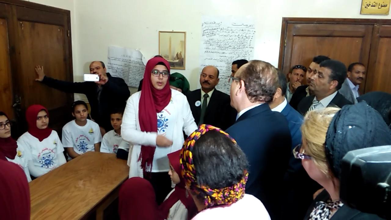 1- طالبة ببنى سويف تطالب المحافظ بتوفير الانترنت بالمدارس