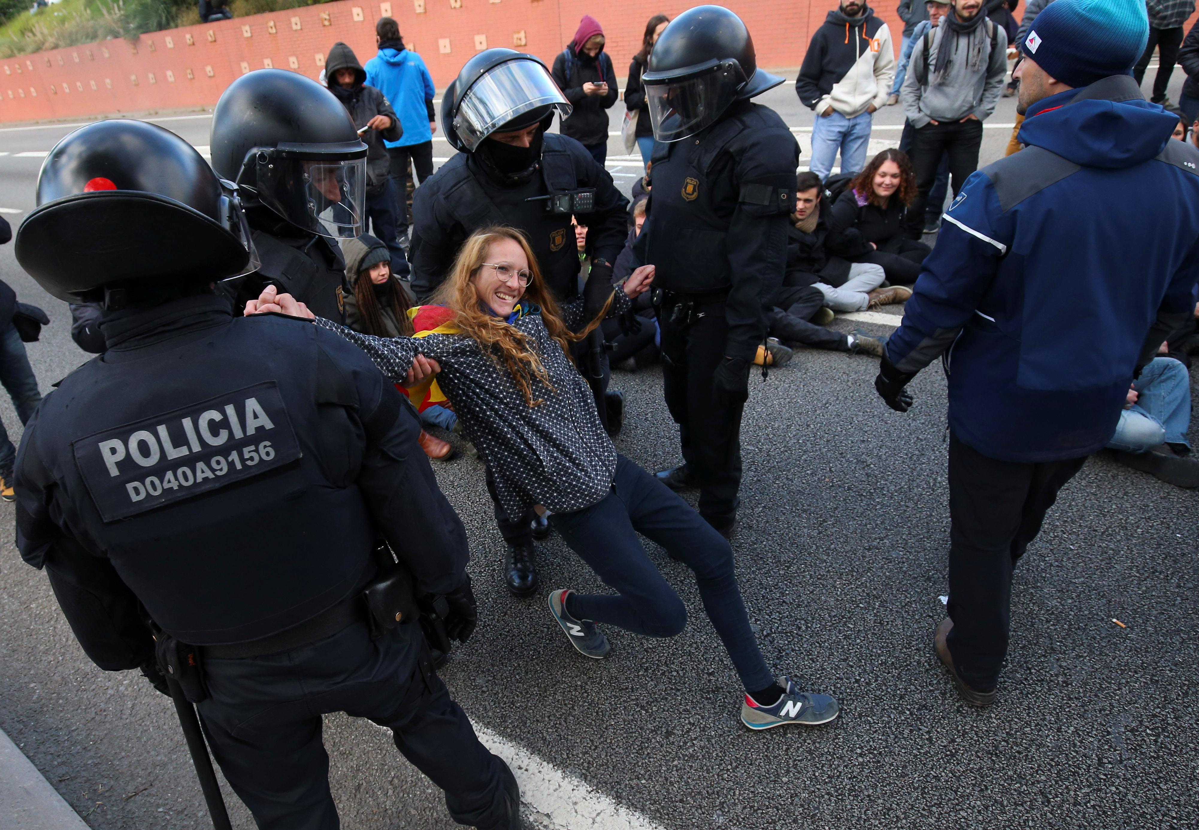 الشرطة الاسبانية تحاول فتح الطريق