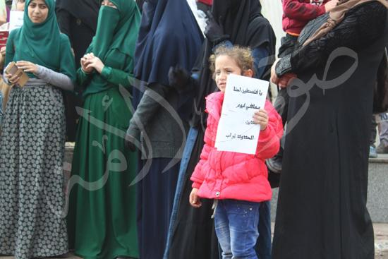 94910-12-طفلة-ترفع-شعار-يا-فلسطين-معاكي-ليوم-الدين