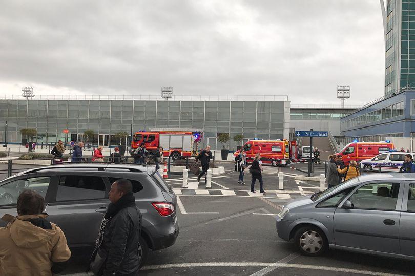 جانب آخر من إخلاء مطار أورلي في باريس